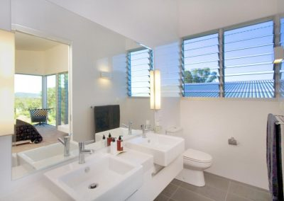 Louvre windows in the bathroom give good ventilation and are easy to operate