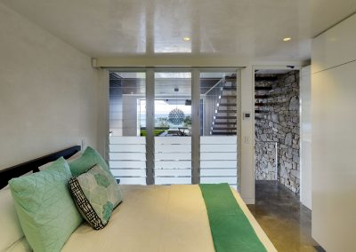 Breezway-louvres-with-mixed-glass-blades-in-the-bedroom-for-light-and-privacy