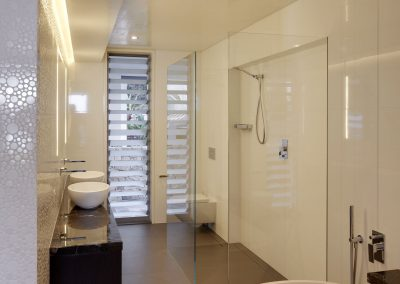Tall-narrow-Breezway-louvres-in-the-bathroom